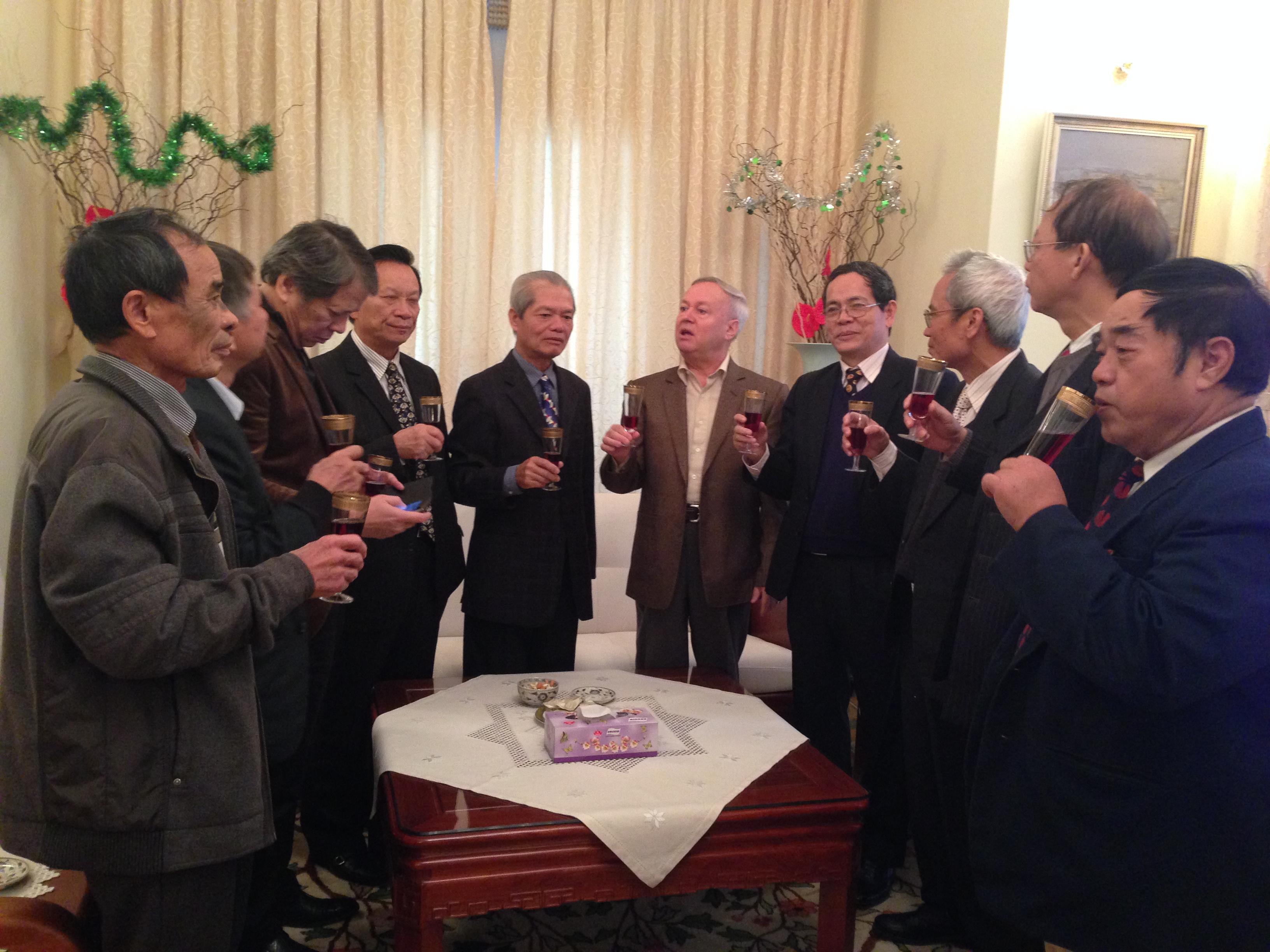 Lãnh đạo TW Hội cùng Chủ tịch các Chi Hội ĐHXD Bucarest., TP Cluj-Napoca, ĐHBK Iasi, ĐHTH Iasi chúc tết ĐS Valeriu Arteni nhân dịp Noel và Năm mới 2016 (28/12/2015).