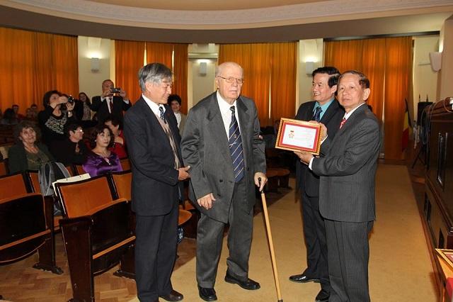 Tổ chức Lễ trao tặng Kỷ Niệm Chương cho 2 vị giáo sư tại trường Tổng hợp Alexandru Ioan Cuza, Iasi, Romania